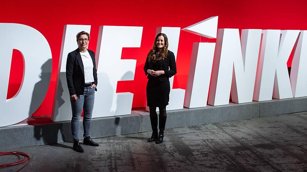 Janine Wissler (r) und Susanne Hennig-Wellsow, die neuen Bundesvorsitzenden der Partei Die Linke, stehen nach ihrer Wahl beim Online-Bundesparteitag der Linken zusammen. Foto: Bernd von Jutrczenka/dpa