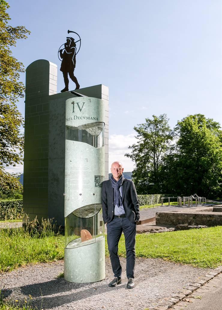 Thomas Pauli vor dem 1905 entdeckten Nordtor in Vindonissa. Das Nordtor überwachte nicht nur den Schiffsverkehr auf der Aare, sondern die steile Böschung vor dem Tor diente auch als Abfallhalde.
