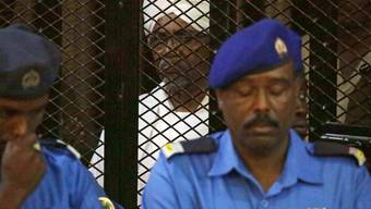 Der gestürzte Ex-Präsident Omar al-Baschir bei einer Gerichtsverhandlung wegen Korruption Mitte Dezember. (Archivbild)