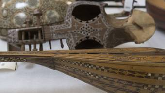 Eine alte Laute aus Marokko liegt in einem Depot des Museums der Kulturen in Basel neben anderen orientalischen Saiteninstrumenten. Die ganze Sammlung des Museums, das 2018 sein 125-jähriges Bestehen feiert, umfasst 320'000 Objekte.