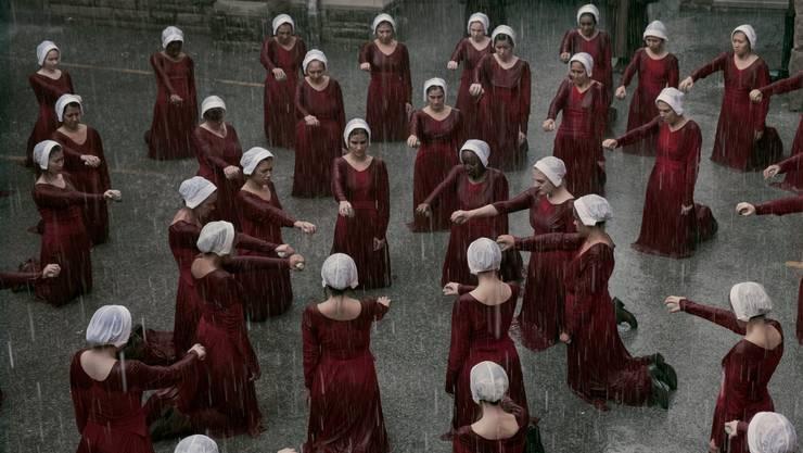 Die stummen Gebärmägde Gileads aus Margret Atwoods Roman «Der Report der Magd» – Foto aus der TV-Verfilmung « The Handmaid's Tale» aus dem Jahr 2017.