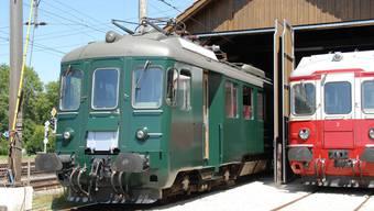 Vor der Verschrottung gerettet: Der renovierte Triebwagen RBe 4/4 1405 (links) wird vor das Lok-Depot gezogen. Noch fehlen die Tritt- bretter und die Beschriftung an der bereits Kultstatus besitzenden Rarität in grüner Farbe. Rechts der Aargauer Pfyl. (Peter Jacobi)