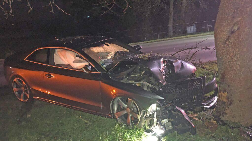 Ein Autofahrer wurde am Donnerstagabend in Amriswil TG bei einem Selbstunfall verletzt und musste ins Spital gebracht werden.