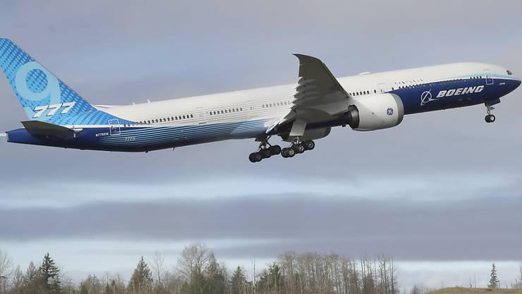 Das neue Boeing-Flugzeug 777X hob in der US-Stadt Everett im Bundesstaat Washington für den Premierenflug ab.
