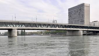 Der Raser fuhr mit 85 Stundenkilometern über die Dreirosenbrücke in Basel (Archiv)