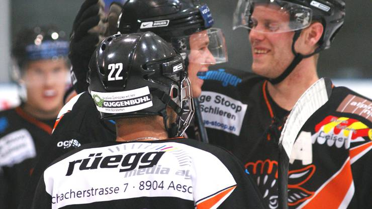 Colin Wiederkehr (rechts) beglückwünscht den ersten Urdorfer Torschützen Tobias Landis (Mitte).
