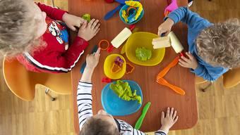 Nicht nur spielen, sondern auch Deutsch lernen: Mit einem Pilotprojekt sollen im Kanton Aargau Erfahrungen mit der Deutschförderung vor dem Kindergarten gesammelt werden. (Themenbild)