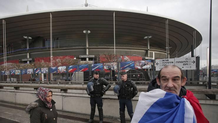Terror-Gefahr: Ein einsamer Fan vor dem Stade de France in Paris. (Archiv)