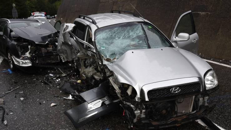 Beim Zusammenstoss wurden beide Autos total beschädigt, die Lenker verletzt.