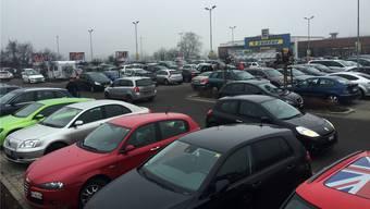 Auf dem Parkplatz im Laufenpark kreisen die Autos.