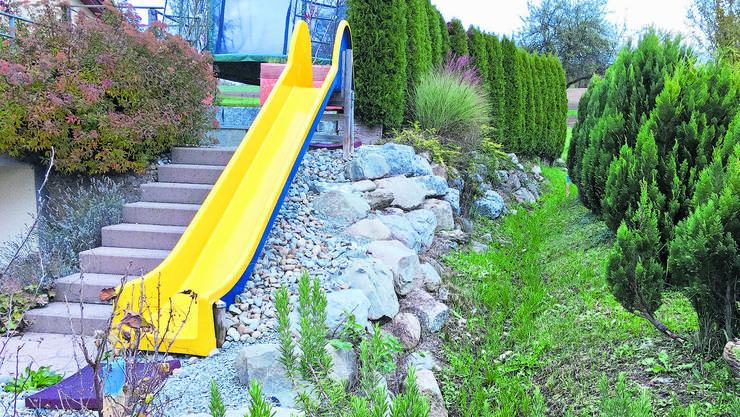 Der Bachgraben wirkt bei Trockenheit harmlos, wird bei Regen aber zu einer Gefahr für die Liegenschaften.