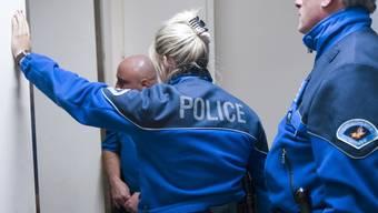 Die Genfer Polizei war von der Schuld des Angeklagten überzeugt und schleuste deswegen einen verdeckten Ermittler ins Gefängnis ein. (Archivbild)