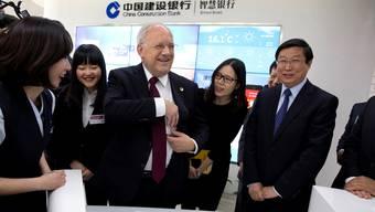 Bundespräsident Johann Schneider-Ammann verbreitet gute Laune beim Besuch der Chinese Construction Bank.