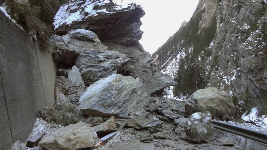 Immer wieder kommt es wegen viel Regen zu Felsstürzen. So auch hier im Engadin am 16. März. (Archivbild)