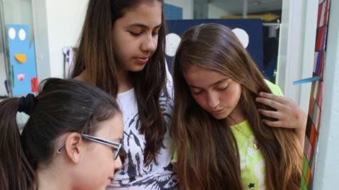 Die Dietiker Schule will innovative Ansätze fördern: Schülerinnen des Schulhauses Steinmürli stellen Texte aus, die während Schreibprojekttagen entstanden sind.