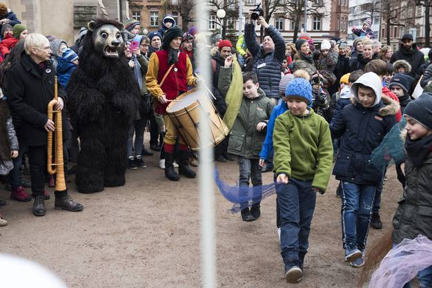 Bärentag der Gesellschaft zum Bären. Start auf dem Matthäuskirchplatz. Der Bär tanzt. Kleinbasler Schüler begrüssen, betanzen und besingen den Bären.