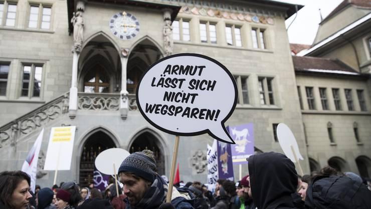 Junge Leute demonstrieren vor dem Rathaus Bern gegen die Sparmassnahmen des Kantons im Gesundheits-, Bildungs- und Sozialwesen