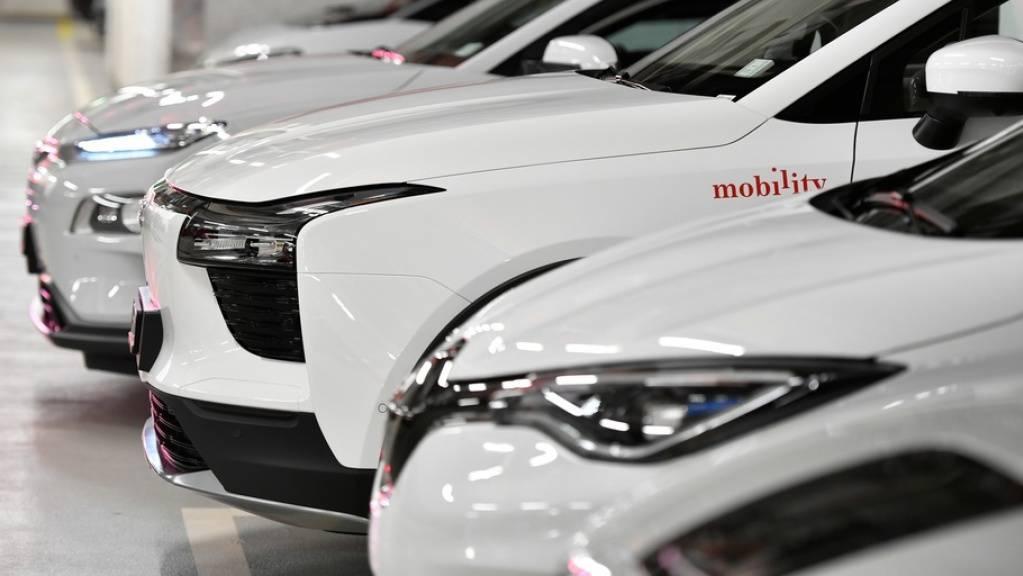 Gemäss einer Umfrage sind 70 Prozent der Schweizer Wohnbevölkerung dafür, dass der CO2-Ausstoss reduziert wird. Vor allem bei der Reduktion des privaten Autoverkehrs sehen die meisten Sparpotenzial: etwa durch Elektroautos, Carsharing oder Zuschüsse der Arbeitgeber an öV-Abos (Symbolbild).