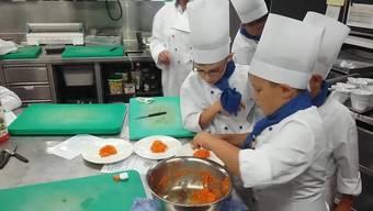 Im Rahmen eines Ferienkurses lernen die 20 Kinder diese Woche, was es alles braucht, um Hoteliers zu werden.