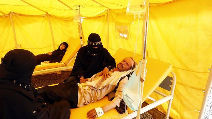 Ein mit Cholera infizierter Mann wird in einem Spital in Sanaa behandelt. Die Cholera-Epidemie sei eine direkte Folge des Krieges im Land, sagt der UNO-Nothilfekoordinator. (Archiv)
