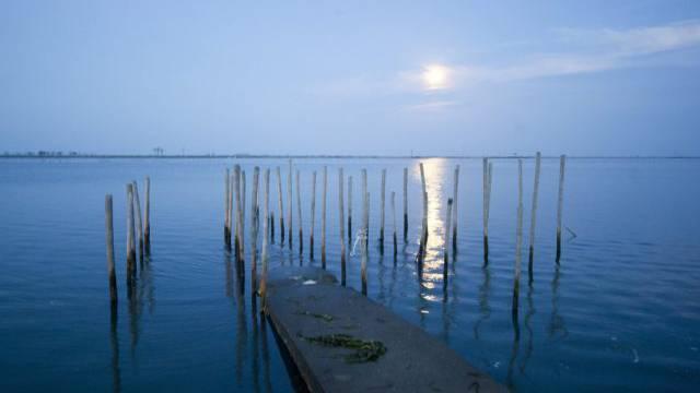 Vollmond über einer Lagune in der Präfektur Fukushima (Archiv)