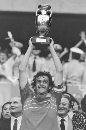 EM 1984: Michel Platini stemmt den Pokal nach dem 2:0-Finalsieg gegen Spanien in die Höhe.