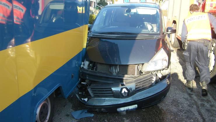 Warum die Frau in den parkierten Transporter fuhr ist bislang unbekannt.