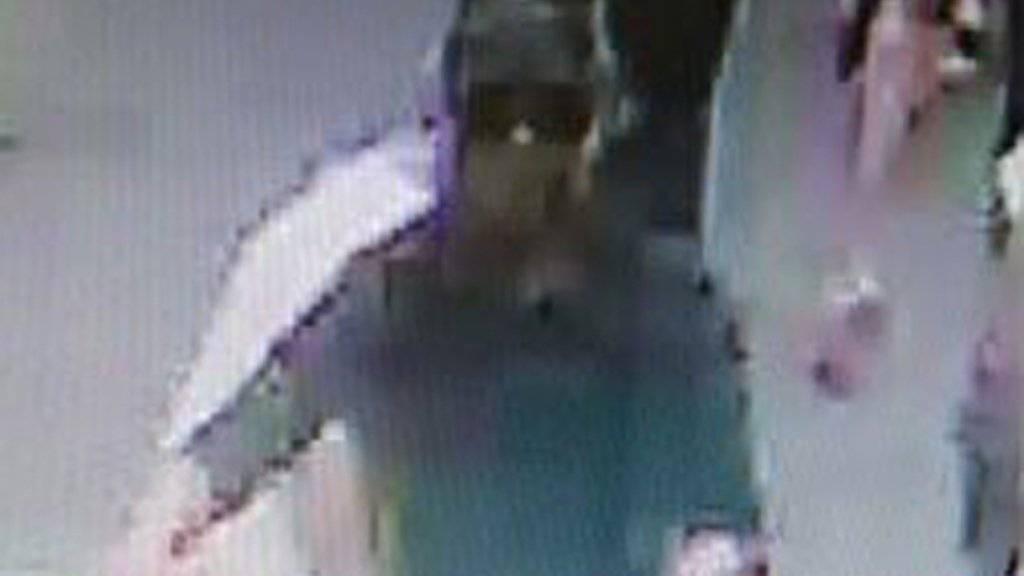 Der mutmassliche Täter vom Anschlag in Lyon vom vergangenen Freitag sitzt in U-Haft. Nach ihm war zuvor mit verschiedenen Fahndungsbildern gesucht worden.