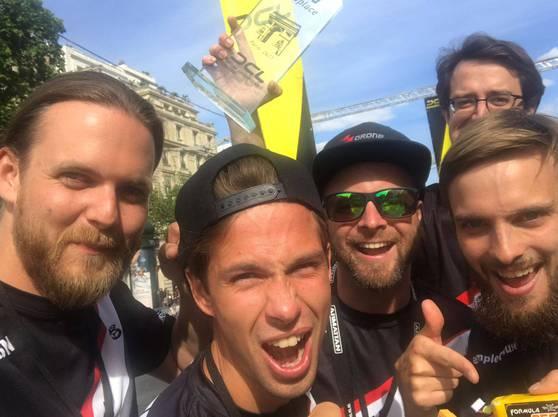 Die vier Piloten (vorne) des Schweizer Teams «FPVracing.ch» holten zum Saisonauftakt der «Drone Champions League» in Paris den zweiten Platz.