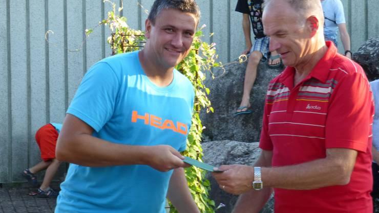 : Patrick Schläpfer vom TC Bremgarten, Freiämtermeister bei den Jungsenioren, erhält seinen Preis vom Turnierleiter Charly Schmid.