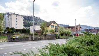Der Gestaltungsplan sieht an der Bruggerstrasse einen Längsbau vor Dafür sollen das Einfamilienhaus und das Denner-Gebäude (r.) abgerissen werden.