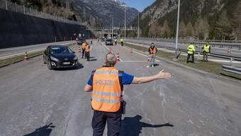 Ein Autofahrer wird vor dem Gotthardtunnel in Göschenen befragt.