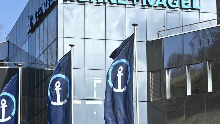 Der Logistikkonzern Kühne+Nagel kauft in den USA ein Unternehmen mit einer halben Milliarde Dollar Umsatz zu. Im Bild der Hauptsitz von Kühne+Nagel in Schindellegi im Kanton Schwyz. (Archivbild)