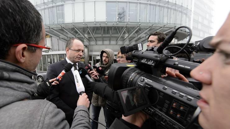 Das Medienecho war gross: Olivier Jornot vor Kameras bei der Hausdurchsuchung der Bank HSBC. Drei Monate später war das Verfahren schon eingestellt.