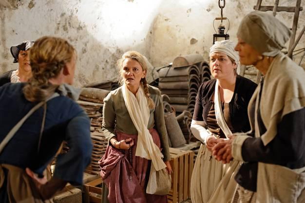 Im Keller vom Schloss Hilfikon beraten sechs Frauen, wie sie mit Liebesentzug ihre Männer von der Schlacht abhalten können