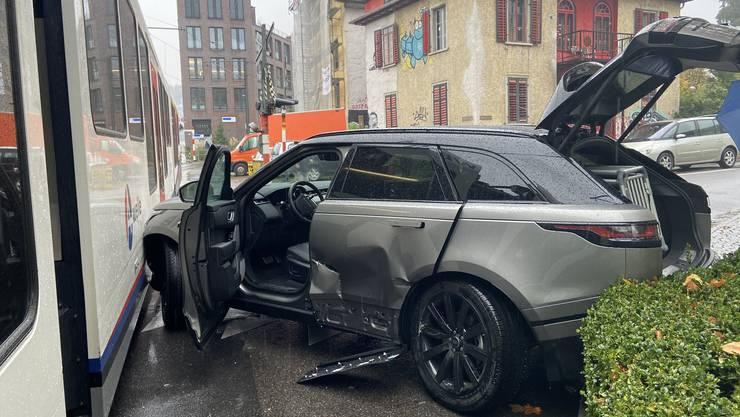 Bremgarten AG, 23. Okober: Eine Frau übersah ein Rotlicht beim Linksabbiegen und kollidierte mit einem herannahenden Zug der BDWM. Es entstand Sachschaden, verletzt wurde niemand.