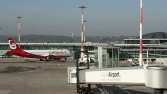 Ein Flugzeug auf dem EuroAirport Basel-Mulhouse (Archiv)