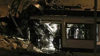 Feuerwehrleute im Wrack der U-Bahn in Madrid