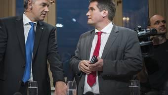 SP-Präsident Christian Levrat (rechts), hier am Wahltag mit CVP-Präsident Christophe Darbellay, könnte sich eine härtere Oppositionspolitik der SP vorstellen. (Archivbild)