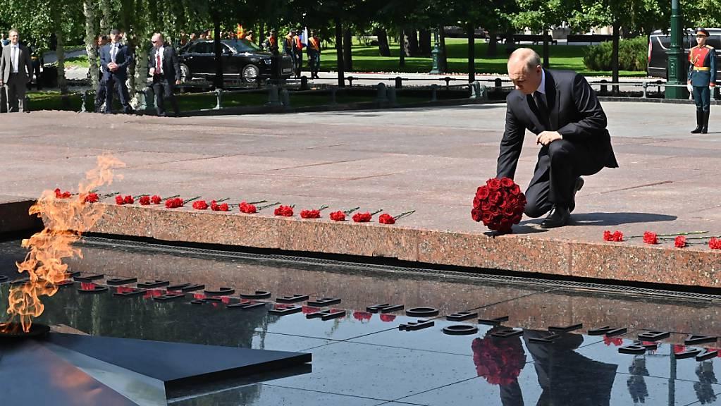 Wladimir Putin, Präsident von Russland, legt am 80. Jahrestag des Überfalls auf die Sowjetunion einen Blumenstrauss zum Gedenken an die Gefallenen des Zweiten Weltkriegs am Grabmal des unbekannten Soldaten nieder.