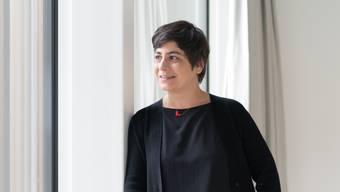 Stadtratskandidatin Silvia Dell'Aquila hat sich für das Foto das Hotel Kettenbrücke ausgesucht.