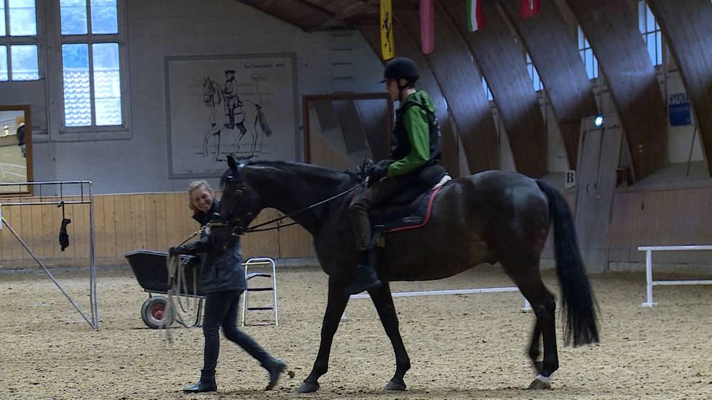 Vom Rollstuhl aufs Pferd / «Hahn im Korb»