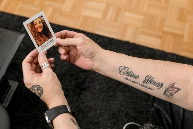 Candid Pfister mit dem Bild seiner verstorbenen Tochter Céline.