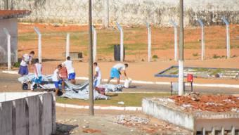 Leichen von getöteten Häftlingen im Gefängnis von Natal im Nordosten Brasiliens werden weggebracht.