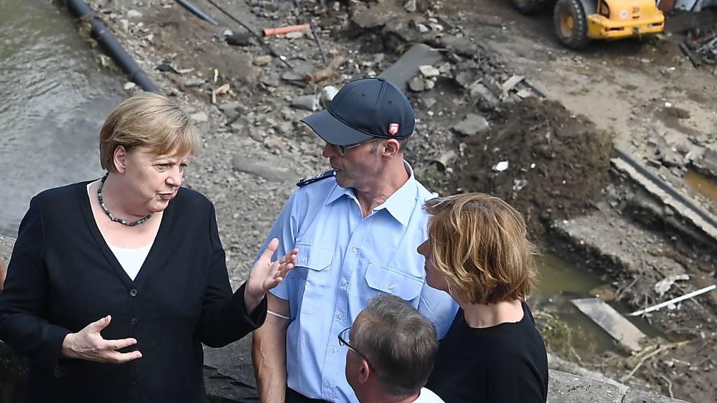 Bundeskanzlerin Angela Merkel besucht das verwüstete Dorf Schuld in Rheinland-Pfalz. Foto: Christof Stache/POOL AFP/dpa