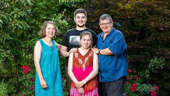 350'000 Kinder und Jugendliche in der Schweiz sind von einer seltenen Krankheit betroffen, darunter die 15-jährige Magali (in der Bildmitte), hier mit ihrer Mutter Marianne, ihrem Bruder Kilian und ihrem Vater Klaus.