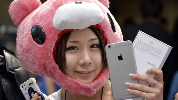 Tokio: Eine junge Japanerin präsentiert ihr brandneues iPhone 6.