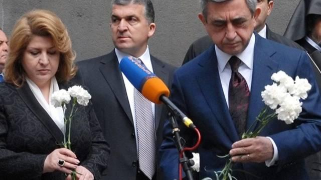 Der armenische Präsident Serge Sarkisian und seine Frau legen Blumen nieder