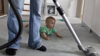 Die Eidgenössische Kommission für Frauenfragen (EFK) fordert einen 24-wöchigen bezahlten Elternurlaub. Ein Teil davon soll verbindlich für die Väter reserviert werden. (Symbolbild)