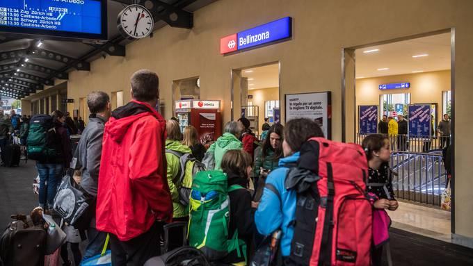 Solche Bilder fürchtet man im Tessin zu Ostern: Massen von Deutschschweizern wie hier am Bahnhof Bellinzona.